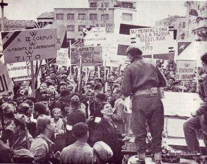3 maggio 1945: gli operai di Monfalcone spiegano il proprio programma politico ai soldati neozelandesi appena giunti in città. (da wikipedia.org)