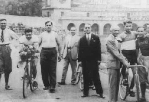 Luigi Corsi, capo servizio strada durante il Giro d'Italia del 1946, è il terzo da sinistra