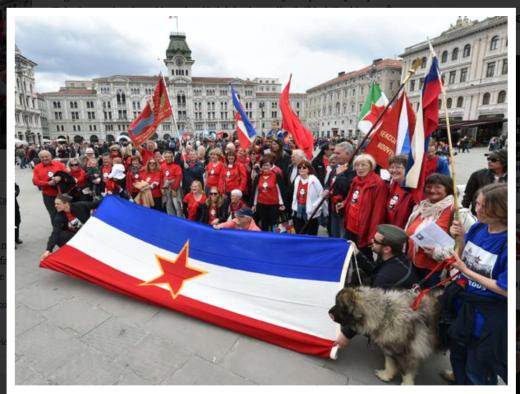 Truci e pericolosi titini prendono possesso di piazza Unità, visibili anche alcune fiere da battaglia...